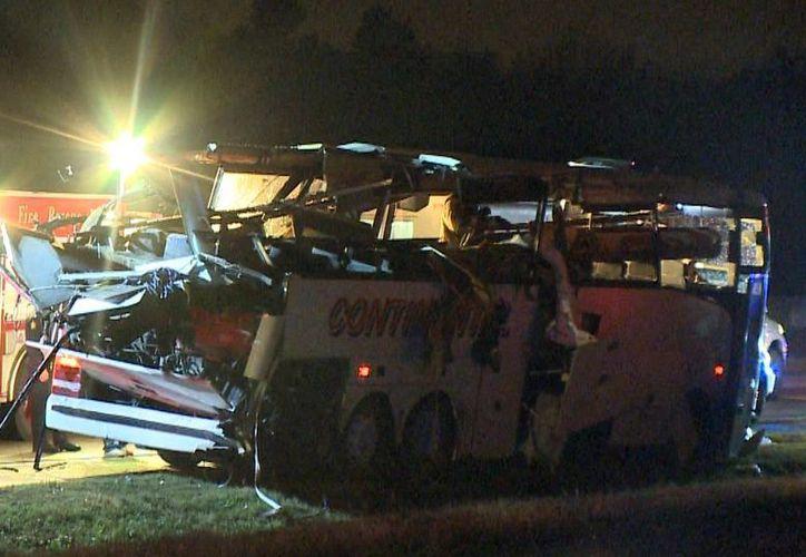 Esta foto proveída por KTHV en Little Rock muestra un autobús fuertemente dañado tras chocar en la carretera Interestatal 40 en Arkansas. (Agencias)
