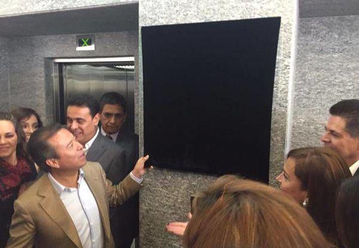 La CNOP tiene nueva sede nacional. En la imagen, César Camacho Quiroz, presidente del PRI, se prepara para develar la placa de la sede, en la Ciudad de México. (Twitter @CNOP Nacional)