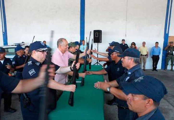 Los policías de Acapulco que pasaron los exámenes de control de confianza recibieron este sábado sus armas, tras un año de que fueron 'desarmados' por el Ejército mexicano. (Milenio Digital)