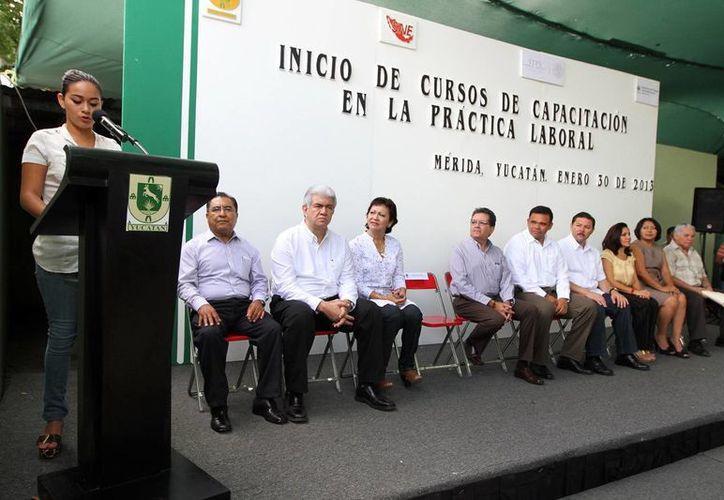 En representación de los jóvenes beneficiados, Viridiana Santillán Collí, agradeció el apoyo. (Cortesía)