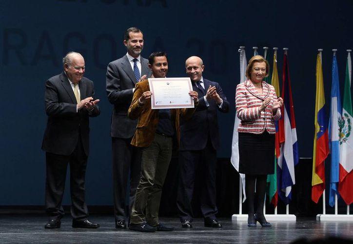 Aldo Arce después de recibir su premio de manos del príncipe Felipe, en Madrid, España. (Notimex)