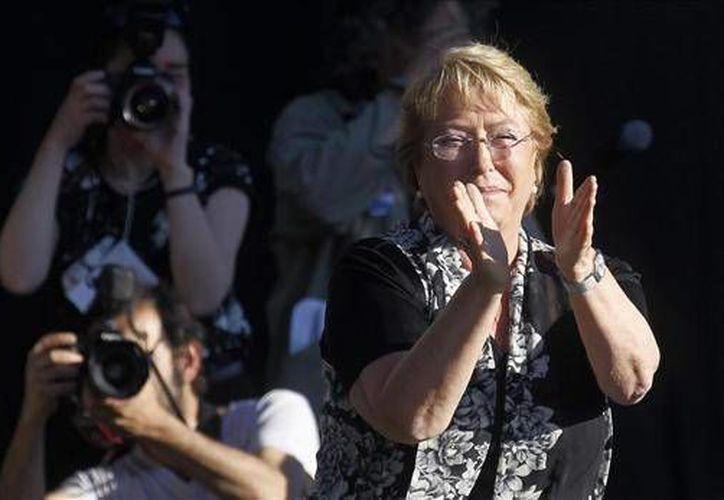 De acuerdo con la publicación, el meteórico ascenso de Bachelet y su sufrida juventud la convierten en la favorita para ganar las elecciones. (Agencias)