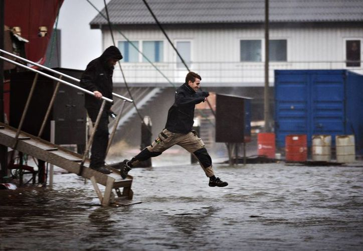 Las inundaciones son solo uno de los serios problemas que enfrentan en la costa oeste de Jutland, entre Dinamarca y Alemania, debido al paso del huracán Xavier. (Agencias)