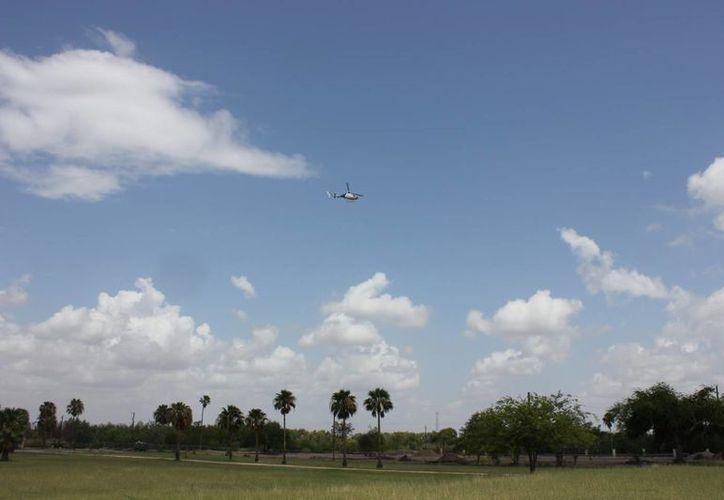El helicóptero sobrevolaba una zona de tráfico de drogas cuando fue atacado. En la imagen de contexto, un  helicóptero realiza vigilancia cerca a Río Grande, en la frontera de EU con México. (EFE/Archivo)