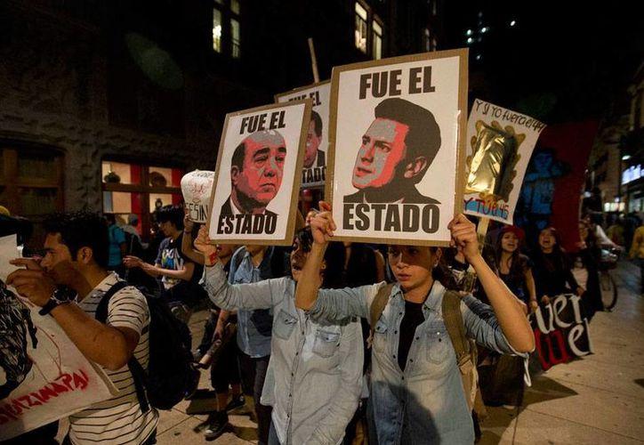 La detención del exalcalde de Iguala, José Luis Abarca, a quien le fue negado un amparo, no ha detenido las protestas; la imagen corresponde a una de las tantas marchas realizadas en México para pedir la aparición de 43 normalistas desaparecidos. (NTX)