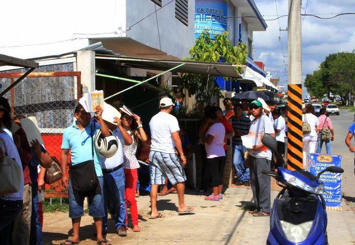 Desde temprana hora, los ciudadanos hicieron largas filas a las afueras del módulo del INE. (Ángel Castilla/SIPSE)
