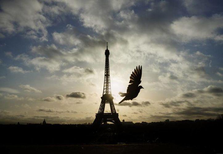 Todos los monumentos turísticos de París, entre ellos la Torre Eiffel, permanecen cerrados como medida precautoria tras los atentados del viernes. (AP)