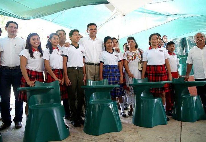 Ayer, el Gobernador Rolando Zapata entregó mobiliario a escuelas secundarias de Acanceh, en beneficio de 753 alumnos. (Cortesía)