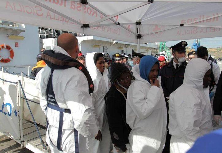 Varios inmigrantes desembarcan tras rescatados por el servicio de Guardacostas de Italia cerca de Porto Empedocle, Sicilia, el pasado mes de marzo. (EFE/Archivo)