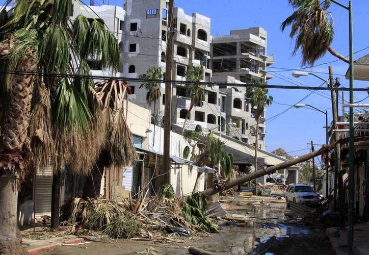 Conagua advirtió que 'Odile' continuará causando alto oleaje en el Golfo de California; en la imagen, los daños que el meteoro causó en la ciudad de Los Cabos. (Notimex)