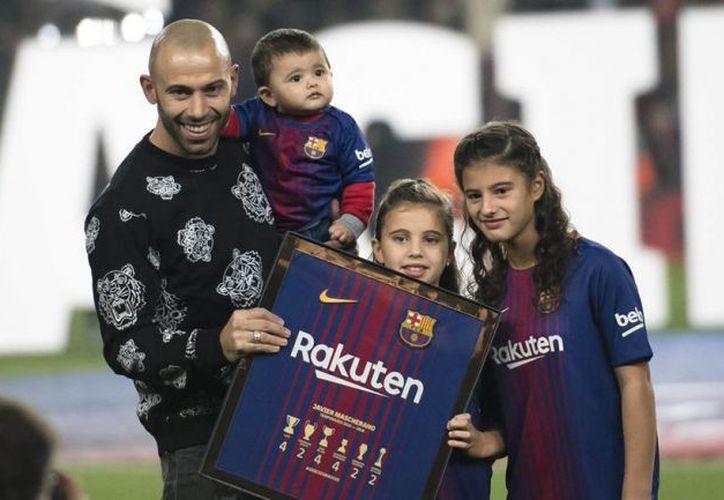 Javier Mascherano junto a sus hijos en el Camp Nou con la placa conmemorativa. (Foto: Récord)