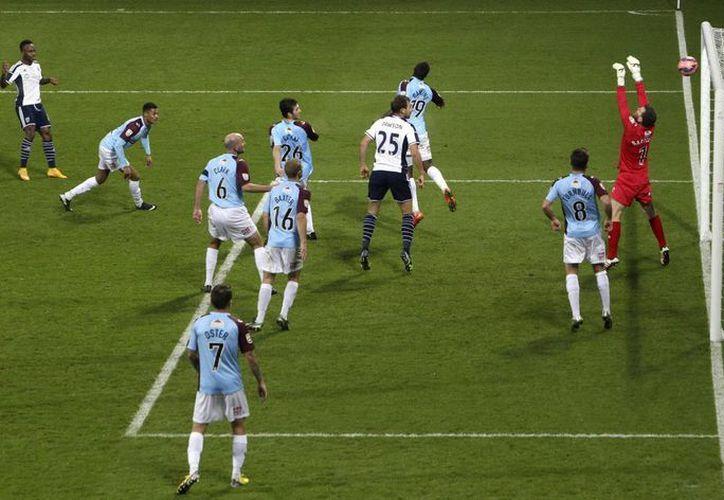 Saido Berahino (i), del West Bromwich Albion, al momento de anotar frente al Gateshead durante uno de los partidos de la FA Cup. (Foto: AP)