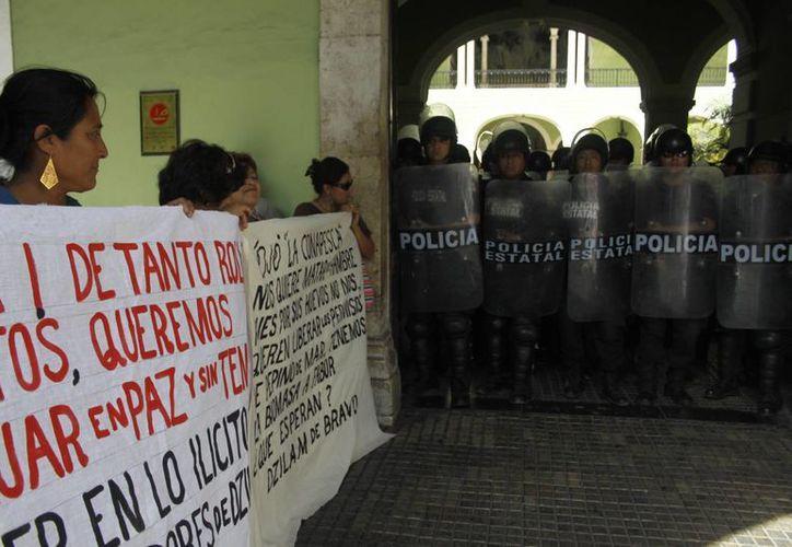 Apenas ayer un grupo de pescadores se manifestó en la sede del poder ejecutivo. (Cristian Ayala/Sipse.com)