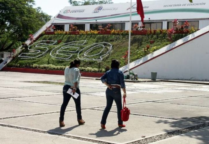 Los docentes acudieron a las instalaciones de los Servicios Escolares de Quintana Roo para encontrar una solución a su situación. (Archivo/SIPSE)
