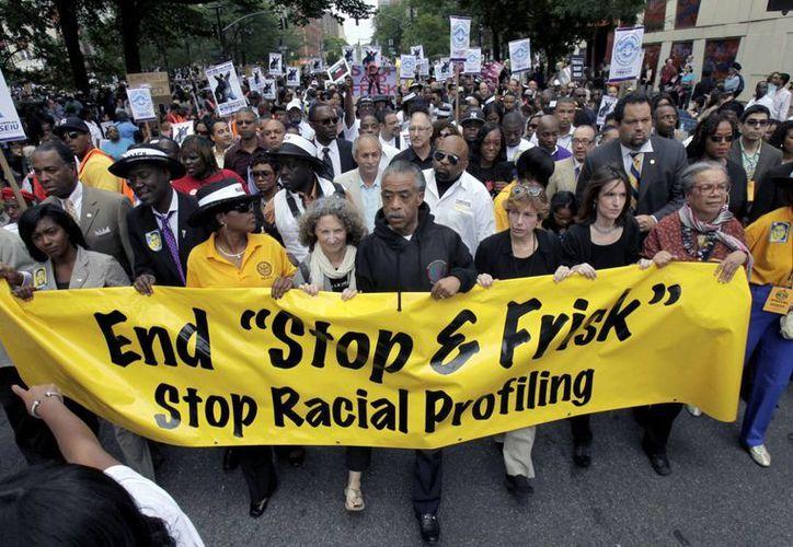 Cientos de manifestantes marcharon para pedir el fin de las detenciones arbitrarias de la policía de NY. (Agencias)