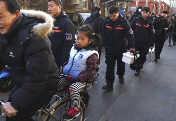 Padres se han atrincherado a las puertas del centro para pedir explicaciones por lo sucedido. (Foto: EFE)