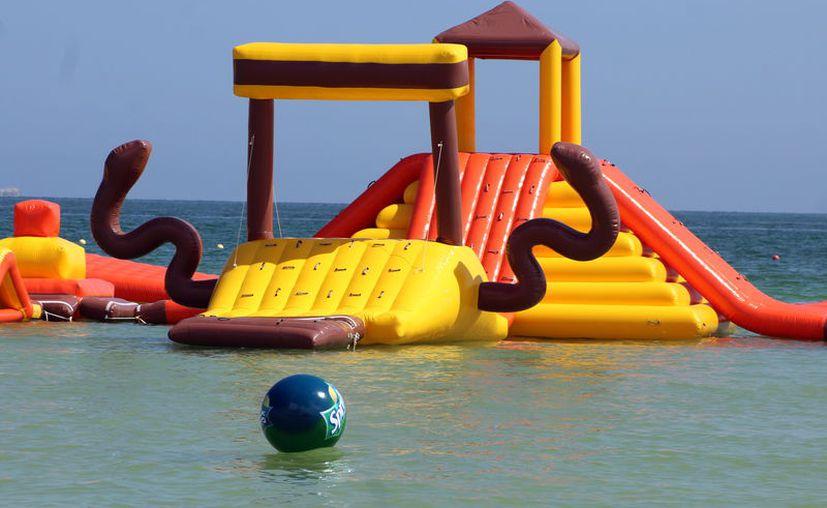 Uno de los nuevos atractivos en Progreso: un parque flotante en el mar, frente al malecón oriente. (Gerardo Keb/SIPSE)