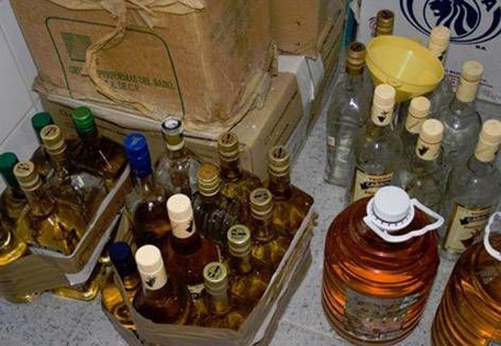 Medio centenar de personas más enfermaron tras beber el licor de destilación casera el viernes y estaban siendo tratadas en hospitales en el distrito de Etah, en el estado de Uttar Pradesh, en India.- (Imagen de contexto/Archivo)