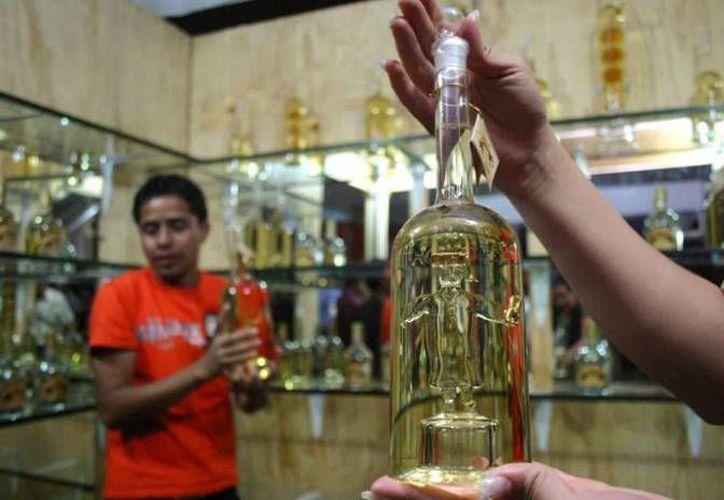 Pequeños productores oaxaqueños de mezcal se llevan la peor parte. (rcmultimedios.mx/Archivo)
