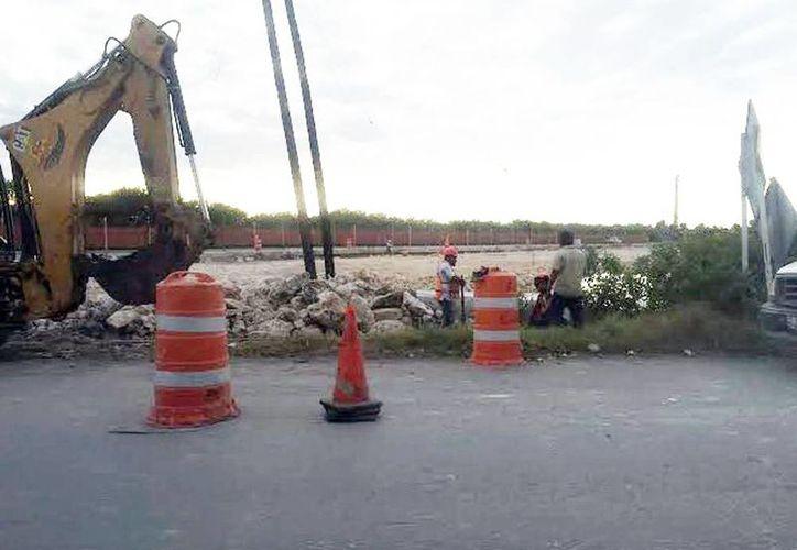 Trabajadores colocan trabes, columnas y rellenos en el nuevo distribuidor. Esto ocasiona un daño al medio ambiente de la zona. (Milenio Novedades)
