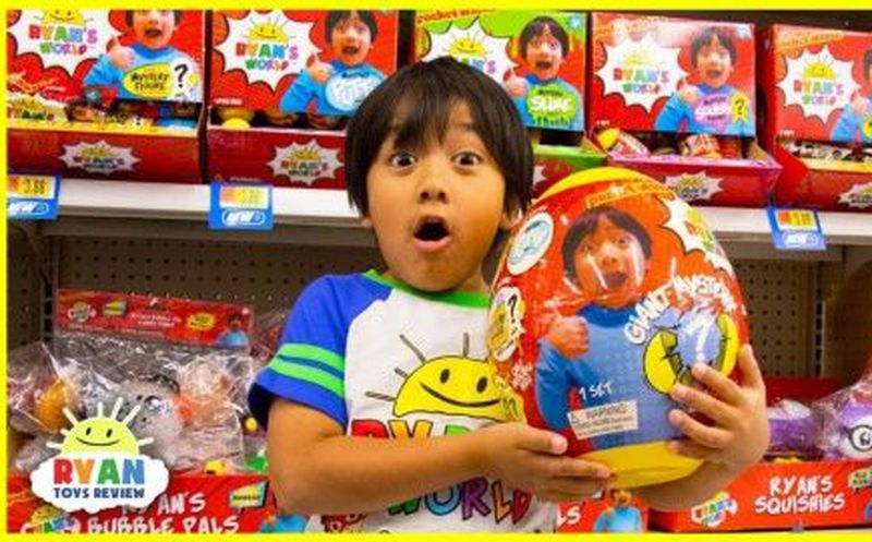 Niño de 7 años gana $22 millones al año reseñando juguetes