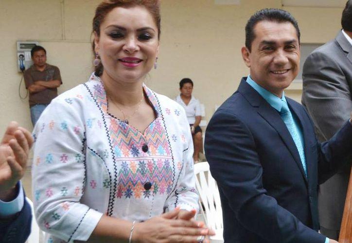 María de los Ángeles Pineda en un evento, acompañada de su esposo el alcalde prófugo, José Luis Abarca Velázquez. (Foto tomada del Facebook del Ayuntamiento de Iguala)