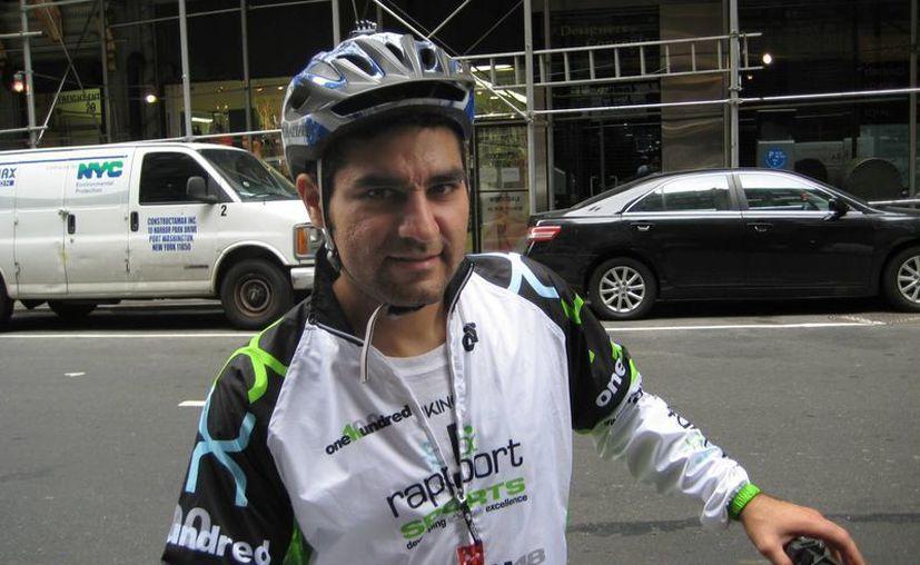 Armando Rosales, mexicano de 31 años, posa para una foto en Manhattan, Nueva York. (AP)
