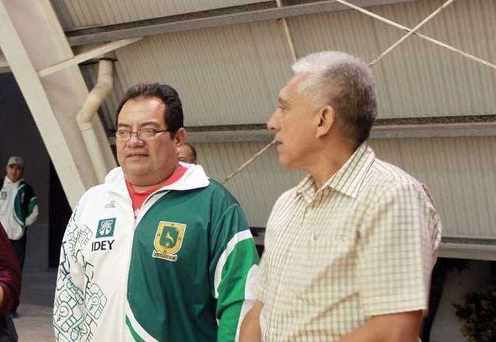 Funcionarios verifican la iluminación en la cancha de raquetbol del estadio Salvador Alvarado. (Milenio Novedades)