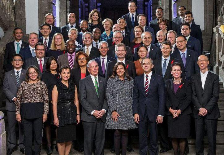 Imagen de los participantes de la Cumbre Mundial de Alcaldes C40 en la Ciudad de México, en donde realizaron compromisos en contra de la contaminación ambiental. (@c40cities)