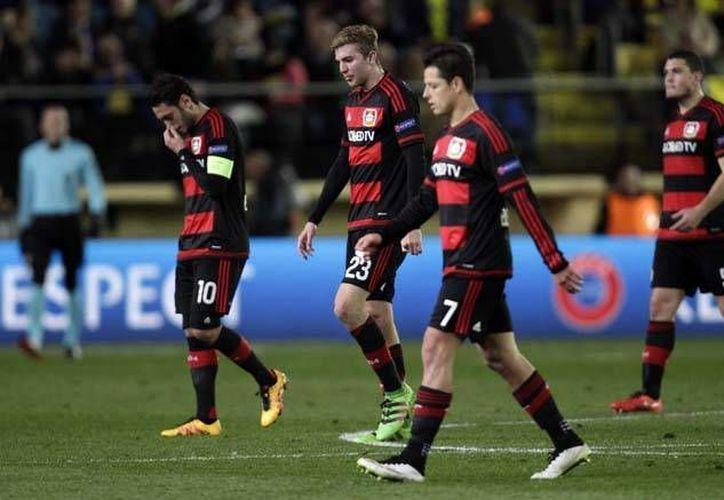 Javier Hernández (7) y su tribu germana salieron decepcionados de El Madrigal este jueves, al caer 2-0 ante el Villareal en los octavos de final de la Liga de Europa. (Imágenes de AP)