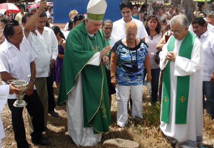 """Mons. Berlie Belaunzarán bendijo la primera piedra de lo que será la capilla """"Nuestra Señora de Guadalupe, Madre Nuestra"""", perteneciente a la parroquia de la Santa Cruz. (Milenio Novedades)"""