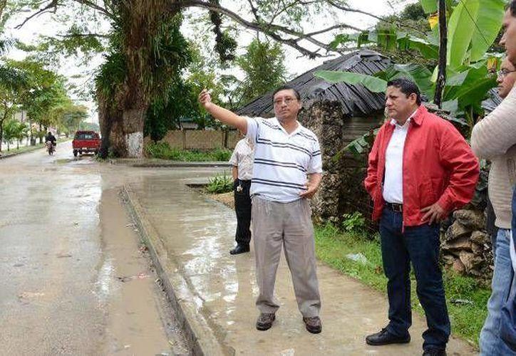 El alcalde supervisó los trabajos de la avenida Constituyentes. (Harold Alcocer/SIPSE)