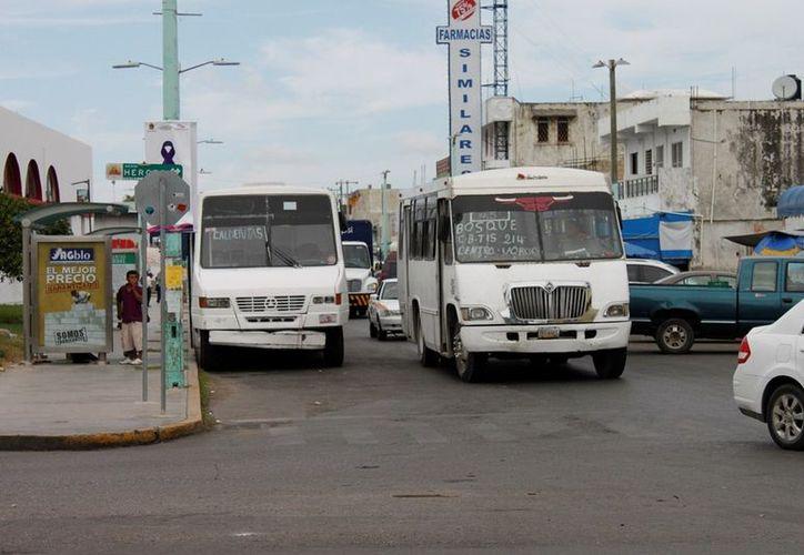 Las 12 unidades de transporte no se dan a basto para cubrir el servicio en la capital. (Ernesto Neveu/SIPSE)