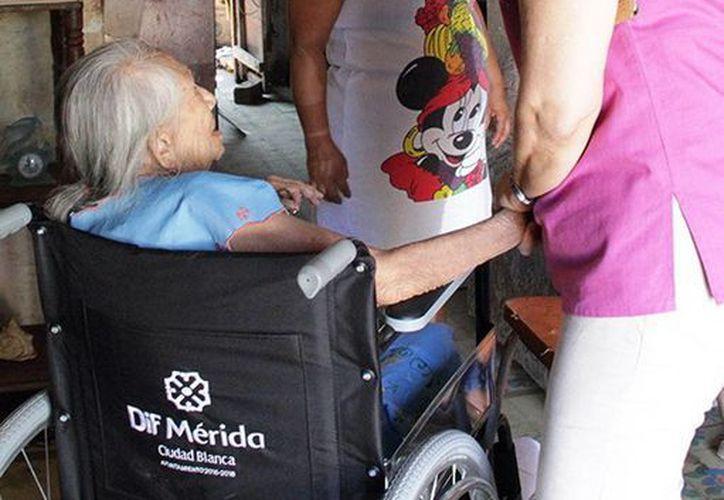 Loreto Villanueva Trujillo, directora del DIF municipal, visitó a la señora Maurialia Dzul Pérez,  de Mérida, quien necesitaba una silla de ruedas. (Milenio Novedades)