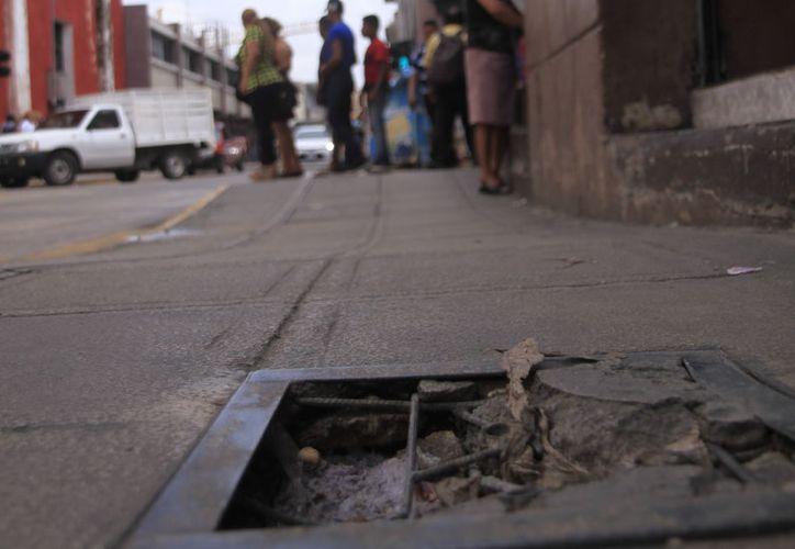 Los registros y tapas en el Centro Histórico se han convertido en verdaderos obstáculos para peatones y automóviles.  (Foto: Milenio Novedades)