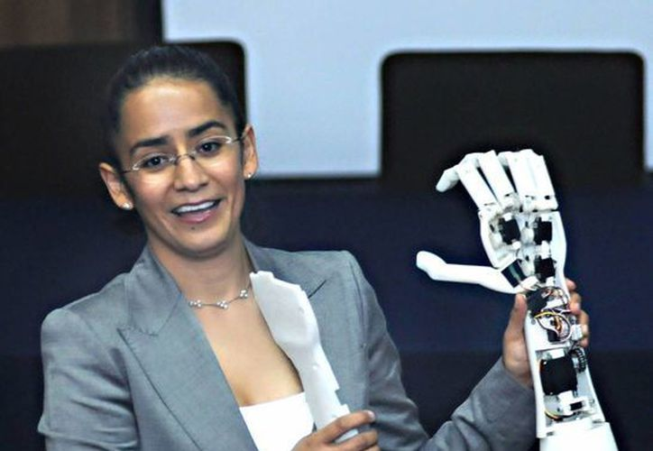 Rosa Itzel Flores Luna, integrante del Departamento de Ingeniería Mecatrónica de la FI de la UNAM inventora de la prótesis virtual. (dgcs.unam.mx)