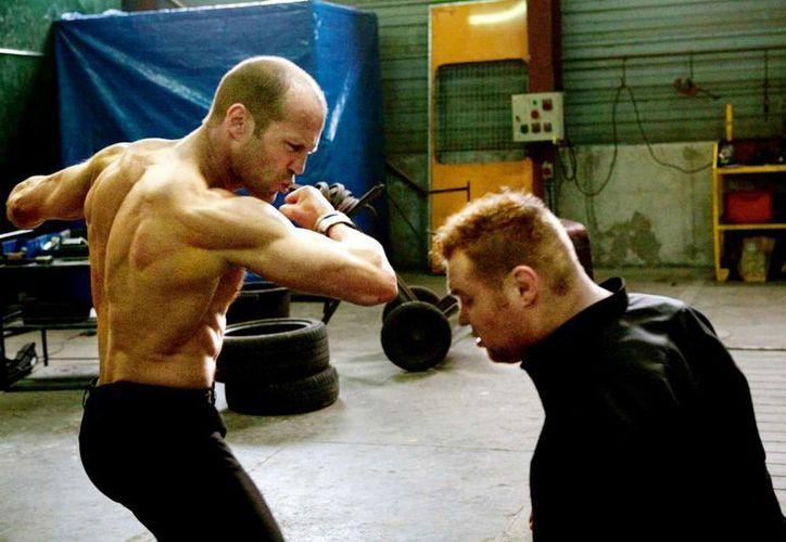 Jason Statham (i) es de los pocos héroes de acción moderno que de verdad se esfuerza físicamente en el set de filmación. Muchas películas prefieren hacer por computadora las escenas de combates. (hdfinewallpapers.com)