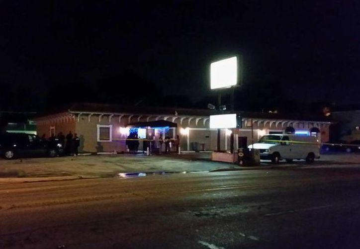 Esta madruga se registró un tiroteo en el Club Viva de Tampa, Florda, al lugar llegaron elementos policíacos para comenzar las investigaciones. (twitter.com/RoyKuntz)