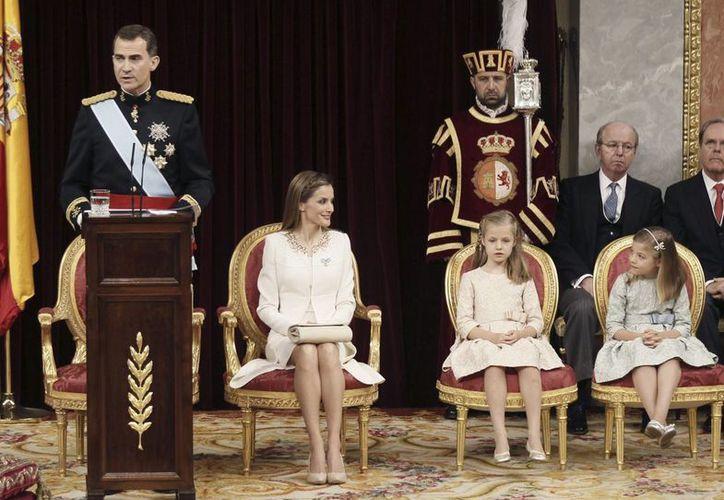 El rey Felipe VI, durante su primer discurso ante las Cortes Generales tras su proclamación. A su lado su esposa Letizia y sus hijas. (EFE)