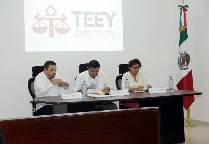 Imagen de los magistrados del Tribunal Electoral del Estado durante la sesión donde se confirmaron los triunfos del PRD, PAN y Morena en Yucatán. (Jorge Acosta/SIPSE)