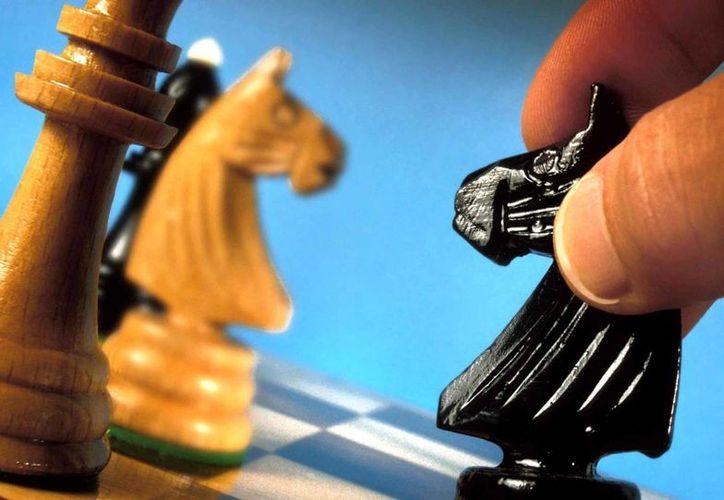 En una partida de ajedrez, los jugadores constantemente están tomando decisiones sin ayuda externa para lograr una estrategia ganadora. (Agencias)
