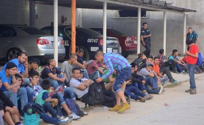 Los migrantes fueron rescatados en el kilómetro 11 de la carretera Nuevo Teapa-Cosoleacaque. (Milenio vía Cuartoscuro)