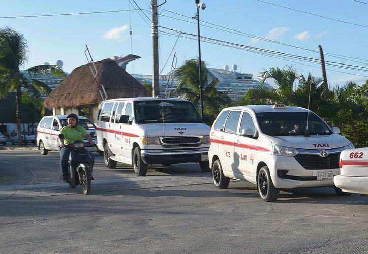 Hace unos días,  taxistas del sindicato de Cozumel, exigían al gobierno estatal más de 237 concesiones. (Foto: Gustavo Villegas)