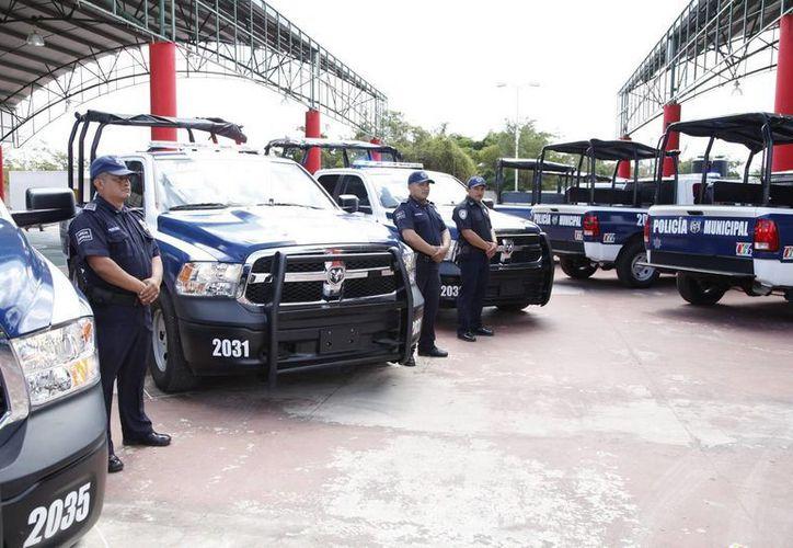 Ocho patrullas tipo pick-up doble cabina fueron entregadas por el jefe del Ejecutivo. (Cortesía/SIPSE)