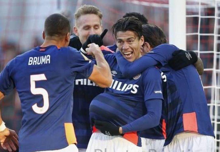 La actuación de Héctor Moreno en el partido del PSV contra el partido ante el Feyenoord fue elogiada por la prensa holandesa. En este duelo Moreno anotó un gol para mantener con vida las aspiraciones de su equipo a la liga. (Twitter: @HectorMorenoh)