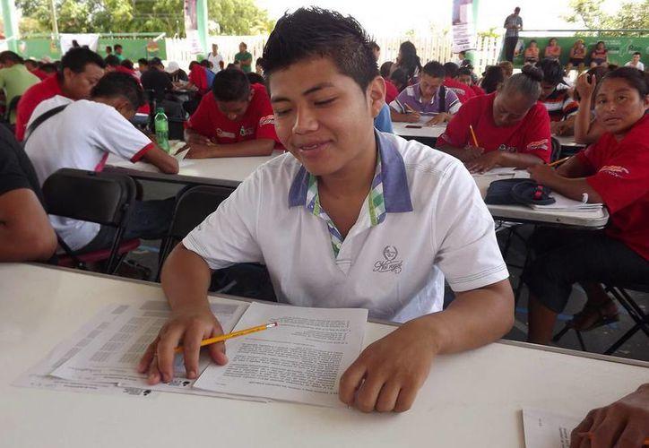 Poco más de cinco mil 400 personas mayores de 15 años de edad, han logrado obtener sus certificados de estudio de primaria y secundaria. (Redacción/SIPSE)