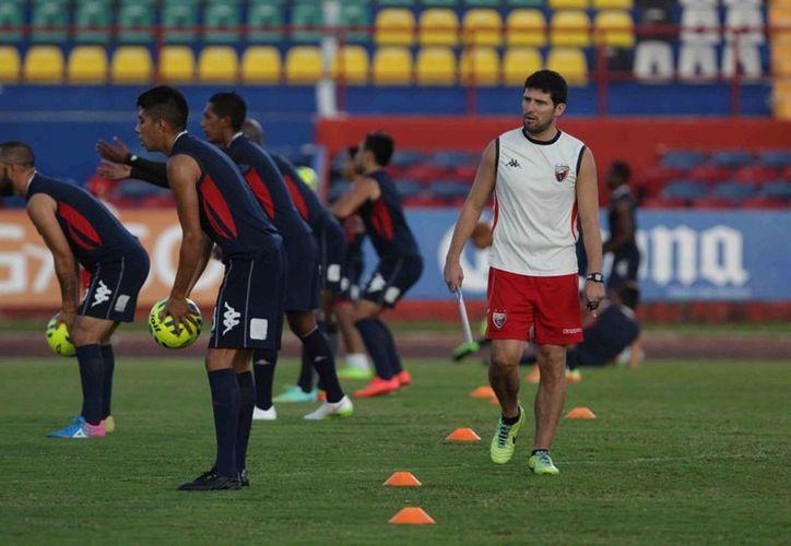 El técnico Gabriel Pereyra asegura que tiene plantel para ser protagonista en los dos torneos. (Redacción/SIPSE)