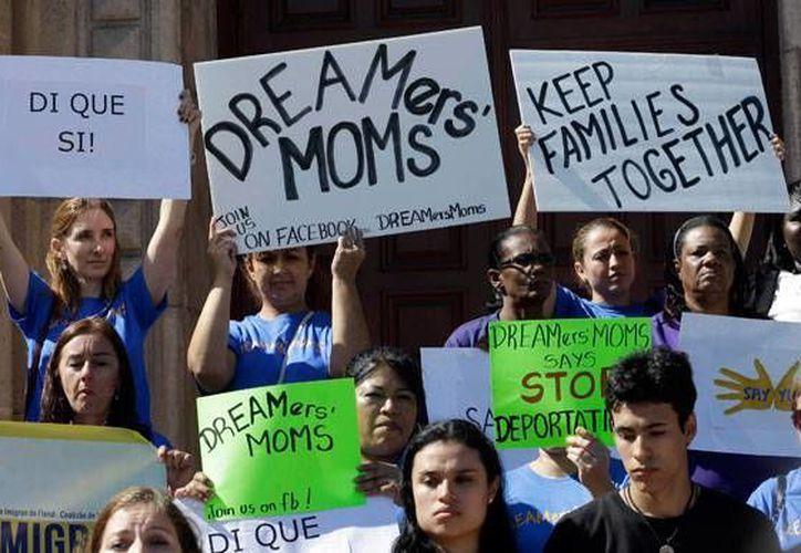 La Ley DREAM, uno de los elementos con respaldo más generalizado de la reforma migratoria, les concedería a estos inmigrantes el estatus legal. (Archivo/AP)