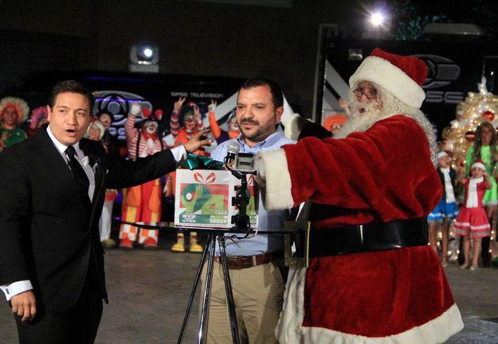 Con el encendido de la torre de transmisión que simula un árbol navideño, de manos de Antonio García, Manolo Castillo y Santa Claus, Grupo SIPSE puso en marcha de forma oficial 24x24. (Milenio Novedades)