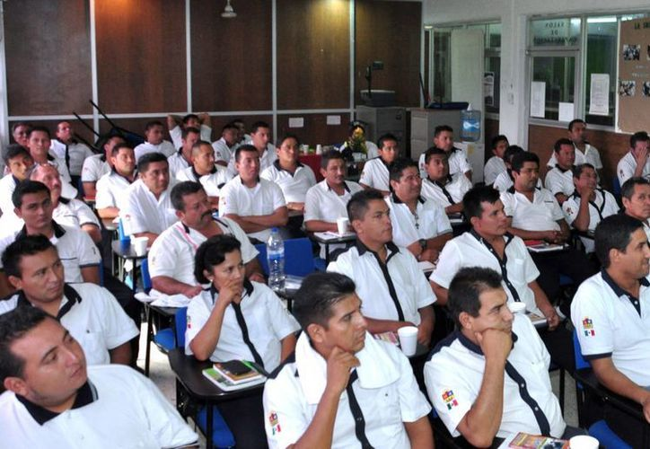 Los choferes toman sesiones o cursos por parte de los psicólogos de DIF. (Tomás Álvarez/SIPSE)